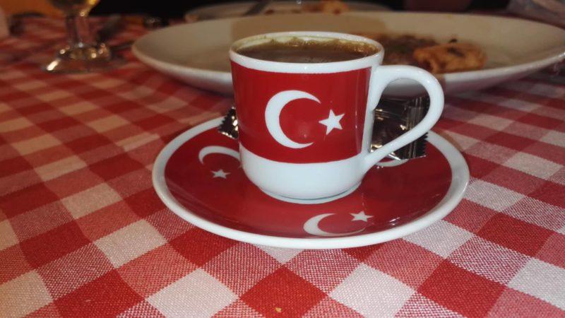 Kaffekopp dekorerad som turkiska flaggan med röd botten och vit månskära och den vita femuddiga stjärnan.