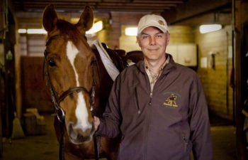 Angelo Telatin i stallet med sadlad häst