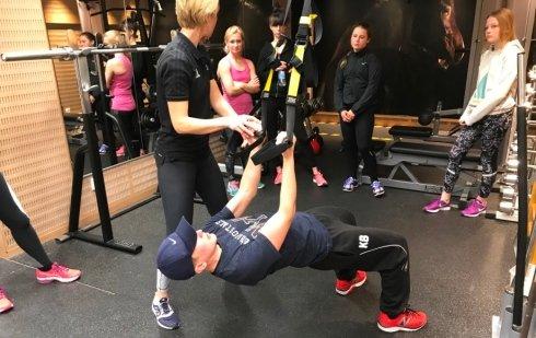 Instruktör visar övningar på gymmet