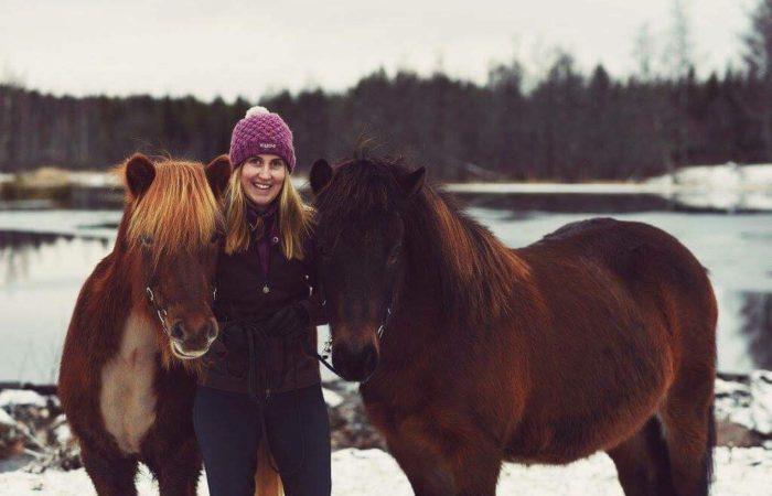 Hippolog Sara Andersson med två islandshästar