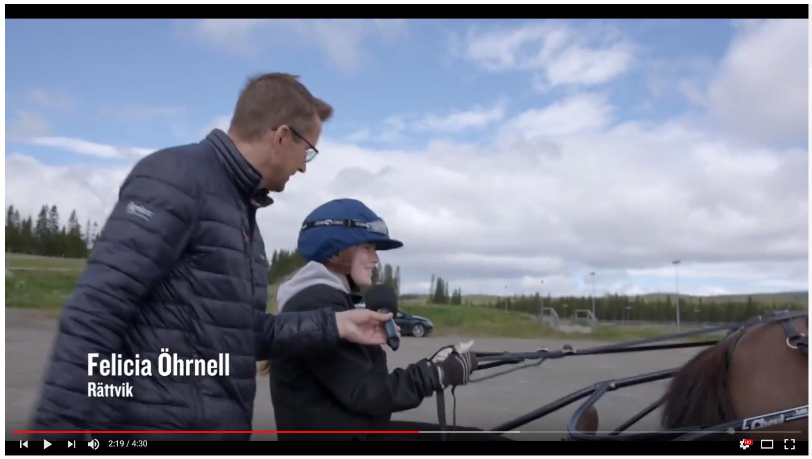 Bild från filmen om PonnyElitVeckan 2017 när kusken Felicia Öhrnell blir intervjudad.