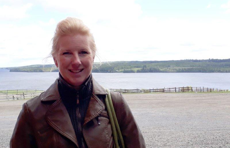 Porträttbild av Maria i läderjacka med Alsen sjön som fond