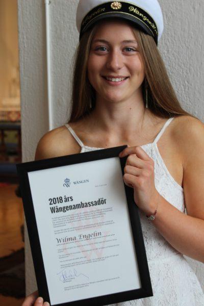 Stipendiaten håller i diplomet för årets Wångenamassadör.
