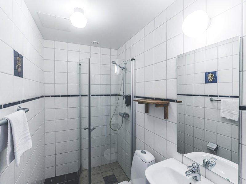 Helkaklat badrum med dushkabin