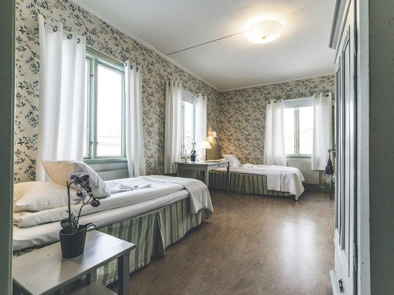 Boendet i Wangr går i gammal stil. Alla rum har olika tapeter. Här ett rum som går i grönt