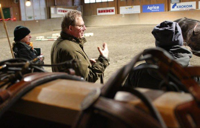 Anders Eriksson under en lektion i ridhuset på Wången
