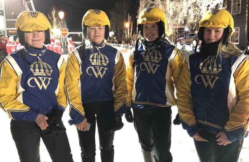 Fyra elever och studenter i Wångens blågula dräkter står uppställda för fotografering på Åre torg efter skijoring-tävlingen
