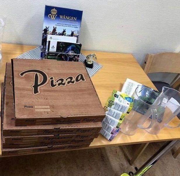 Pizzakartonger på ett bord