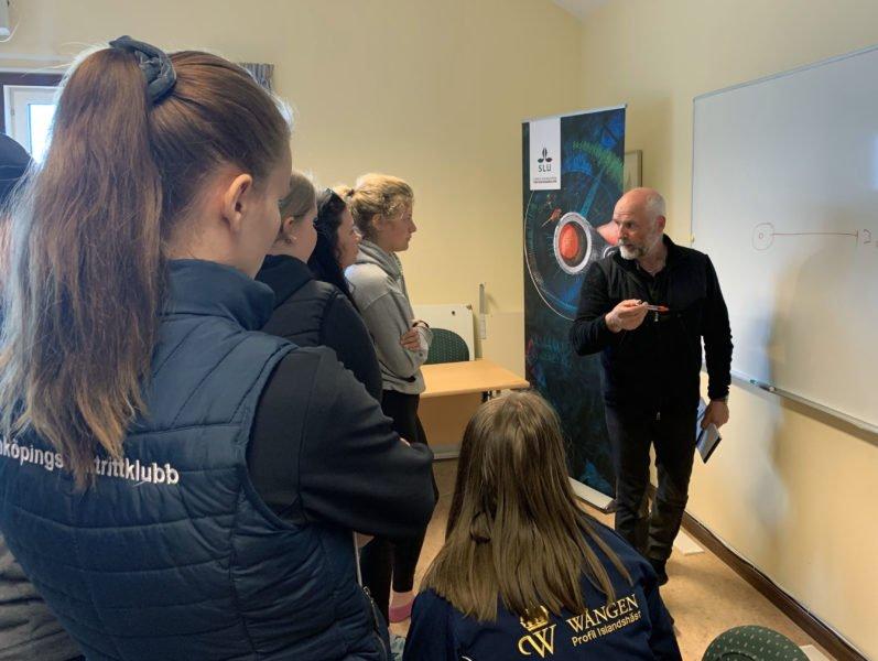 Guðmundur Einarsson står vid en whiteboardtavla och pratar inför en grupp elever