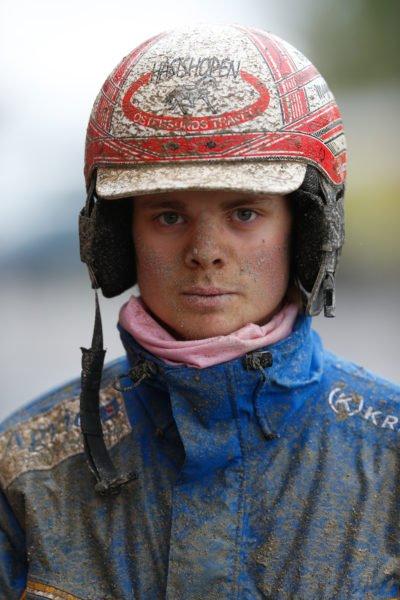 Porträtt av Wången Cup vinnaren 2019. En kusk med lera på hjälm, i ansiktet och på jackan