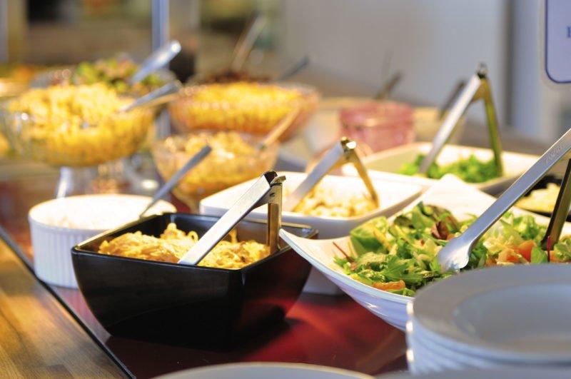 I veckans meny ingår salladsbuffé. Skålar med sallad, bönor, röror.