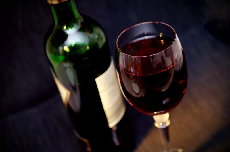 Känsla av lyxhelg med en flaska rödvin och ett glas