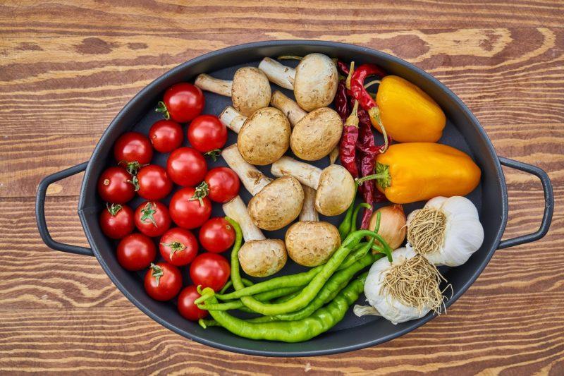järngryta med tomater champinjoner paprika vitlök och chili